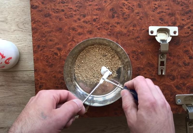смешивание клея и опилок