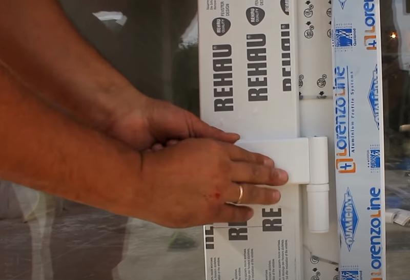как снять пластиковую дверь с коробки
