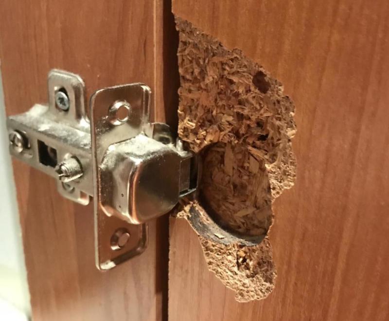 как починить дверцу шкафа если болты вырвались