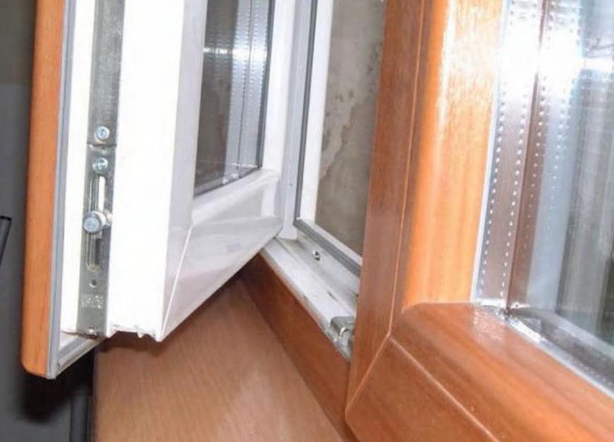 окно открывается сразу в двух положениях