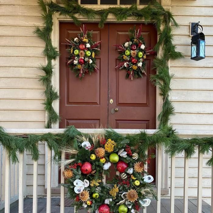 украшение возле дома в канун нового года
