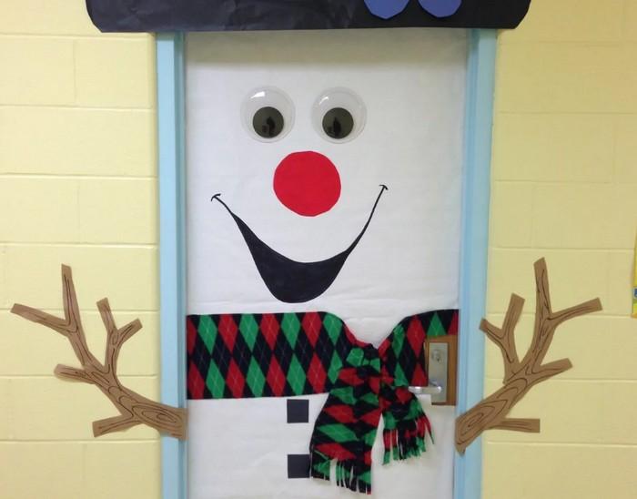 Украшение на двери в виде снеговика
